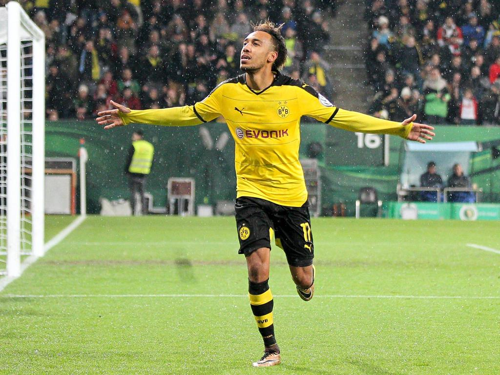 Augsburg Torjubel von Pierre-Emerick Aubameyang 17 (Borussia Dortmund) zum 1:0, FC Augsburg vs. Borussia Dortmund, Fussball, DFB-Pokal, 16.12.2015 , Copyright: Kolbert/Eibner-Pressefoto EP_CKT  Augsburg goal celebration from Pierre Emerick Aubameyang 17 Borussia Dortmund to 1 0 FC Augsburg vs Borussia Dortmund Football DFB Cup 16 12 2015 Copyright Kolbert Eibner Press Photo EP_CKT