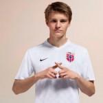 Odegaard posa con la camiseta de la selección noruega