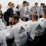 Los jugadores firmaron autógrafos a la afición madridista de Melbourne