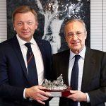 Florentino entregó al presidente del S. Donest una réplica de la Cibeles