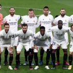 El Real Madrid estrena medias negras con la camiseta y pantalón blanco.